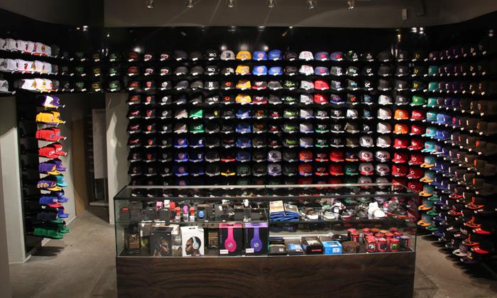 kickz boutique photo intérieur sneakers casquettes sportswear exposition